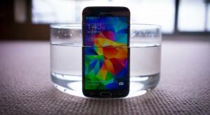 Cu trei Galaxy S5, Samsung a creat poate cel mai ciudat sau mai interesant om de zăpadă [VIDEO]