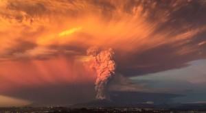 Erupția unui vulcan, surprinsă într-un material video impresionant [VIDEO]
