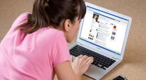 Facebook încurajează obiectificarea femeii
