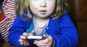 Dependența de gadgeturi atinge copiii care nu au împlinit nici măcar un an