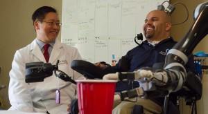 Speranță pentru oamenii paralizați: Brațul robotic pe care îl controlează cu mintea [VIDEO]