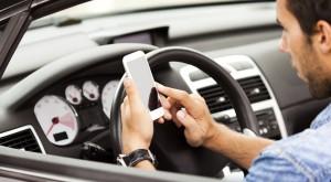 Un nou studiu te şochează cu ce fac oamenii la volan