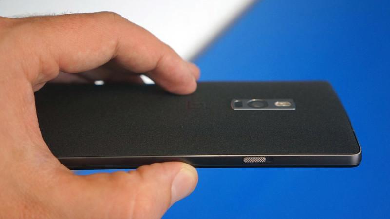 Spatele si partea din stanga a OnePlus 2 FOTO The Verge