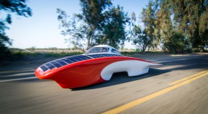 """Mașina care """"merge cu soare"""" consumă cât un prăjitor de pâine [VIDEO]"""