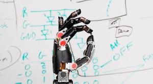 A fost creată prima proteză care le permite purtătorilor să simtă