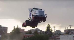 Un camion a doborât recordul mondial cu un salt uriaș