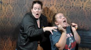 """Imagini de neprețuit cu reacțiile oamenilor îngroziți de o """"casă a groazei"""" [FOTO]"""