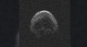 """Cometa """"craniu"""" a trecut pe lângă Terra în noaptea de Halloween"""