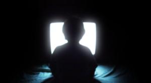 Pentru prima oară, copiii stau mai puțin în fața televizorului decât online