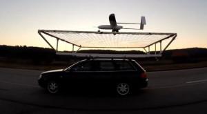 Aceasta este prima dronă autonomă care a aterizat pe o mașină în mișcare [VIDEO]