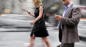 Pietonii ar putea fi amendați pentru folosirea telefonului pe stradă