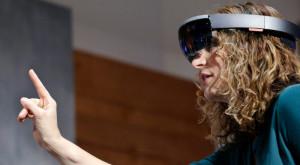 Intel lucrează la un aparat care să rivalizeze cu ochelarii HoloLens