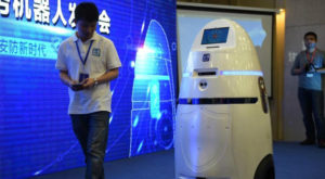 Chinezii au lansat un robot polițist care poate electrocuta infractorii