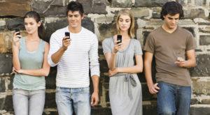 Utilizatorii de smartphone își verifică telefonul de peste 80 de miliarde de ori pe zi