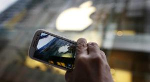 Samsung râde din nou de Apple într-o reclamă, dar nu-i iese