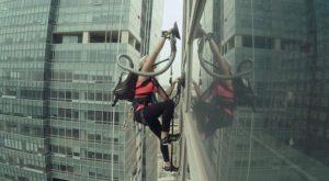 Acest om a escaladat o clădire folosindu-se de două aspiratoare