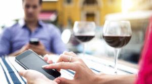 Dublu standard: Facebook vs SMS pe mobil în timpul cinei