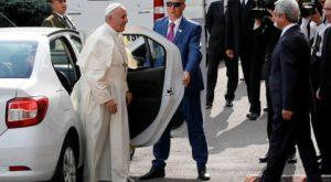 """""""Viralul"""" zilei: Papa Francisc circulă cu Loganul și ne arată că nu toți liderii religioși sunt opulenți"""