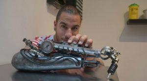 Acest artist folosește cea mai ciudată proteză pe care ai văzut-o