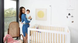 Nanit este o cameră inteligentă care monitorizează somnul bebelușului