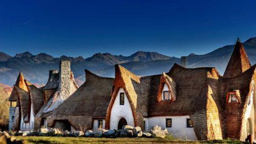 """Au renunțat la locuința din București pentru a-și construi un """"castel"""" în munți"""