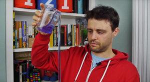 Această substanță lichidă banală se toarnă singură și sfidează gravitația