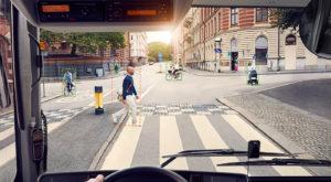 Volvo introduce un sistem inteligent de detectare a pietonilor, pentru a evita accidentele