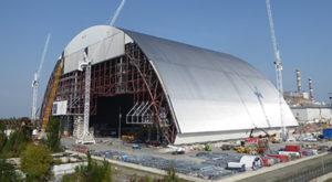 """""""Sarcofagul"""" anti-radiații de la Cernobîl este așezat peste reactorul avariat"""