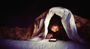Folosirea smartphone-urilor înainte de culcare ne afectează somnul