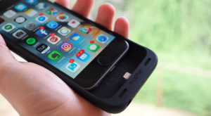 """iPhone 7 """"învață"""" să se încarce wireless cu ajutorul Mophie"""