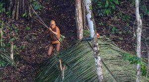 Aceste imagini surprind unul dintre cele mai izolate triburi din lume