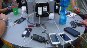 Încărcătoarele publice pentru telefoane îți pot fura datele fără să-ți dai seama