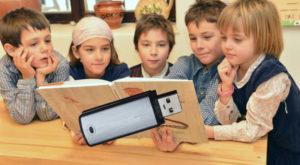 Elevii ar putea primi manuale și pe stick, cu toate că mulți nu au acces la un calculator