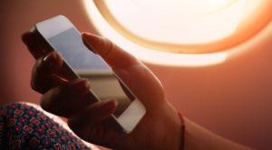 Folosirea telefonului în avion te poate trimite la închisoare