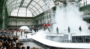 Chanel lansează o rachetă în timpul spectacolului de la Săptămâna Modei [VIDEO]