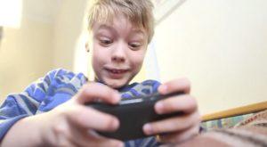 Tu știi cât timp își petrece copilul tău cu ochii în ecrane?