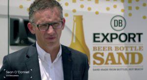 DB Export transformă sticlele de bere în nisip pentru plajă
