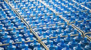De ce apa îmbuteliată este una dintre cele mai mari minciuni ale secolului