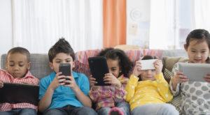 Cum reușește utilizarea telefoanelor să apropie membrii familiei, în loc să-i alieneze