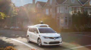 Acest robot portabil poate transforma orice mașină într-un vehicul autonom
