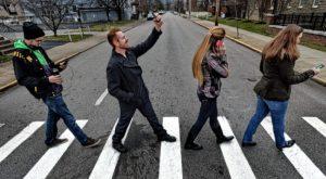 Cât te costă să traversezi strada cu ochii în telefon: amenda care îți arată că așa nu se mai poate