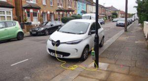 Ți-ai putea alimenta mașina electrică chiar de la stâlpii de iluminat