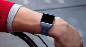 Cel mai nou gadget Fitbit e un hibrid între un ceas și o brățară de fitness