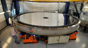 Cum se curăță una dintre cele mai mari oglinzi de telescop din lume [VIDEO]