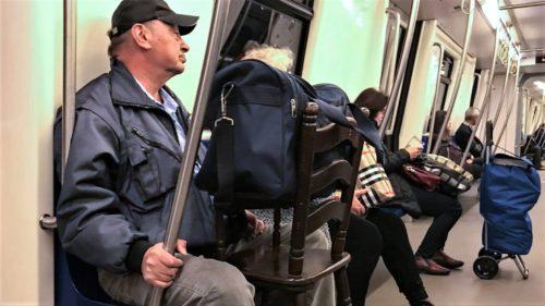Cum te ferești de virusurile de la metrou fără să pari ciudat