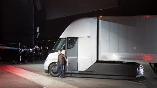 Primul camion electric al Tesla e superb