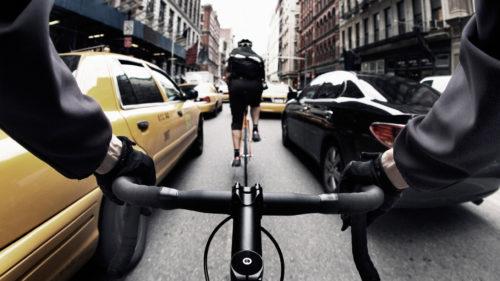 Cum vede BMW viitorul bicicliștilor în orașele aglomerate