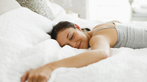 La ce riscuri te expui dacă îți place să dormi cât e ziua de lungă
