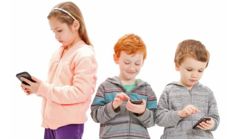 Cum afectează statul pe telefon sănătatea mintală a copilului tău