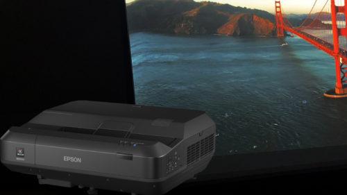 <span class='highlight-word'>REVIEW</span> Epson EH-LS100 – Proiectorul cu preț imens care înlocuiește TV-ul